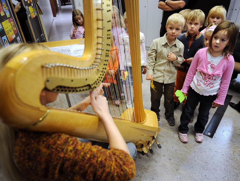 Musik zum Anfassen – Kinder besuchen  Orchestermusiker.  | Foto: dpa/bz