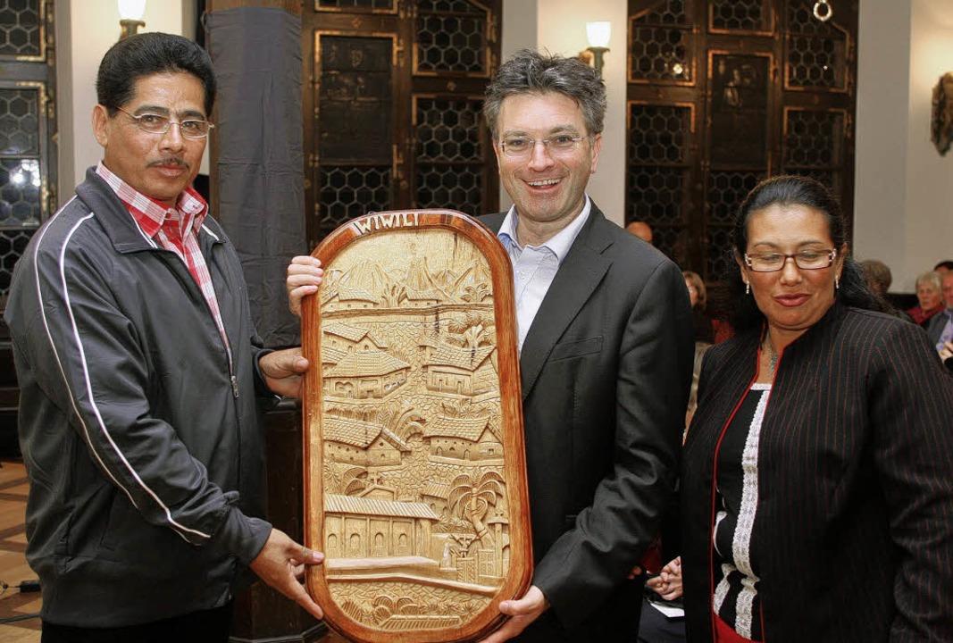 Arquimedes Colindres Vasquez (links) u...ein geschnitztes Bild aus Wiwili mit.   | Foto: Rita Eggstein