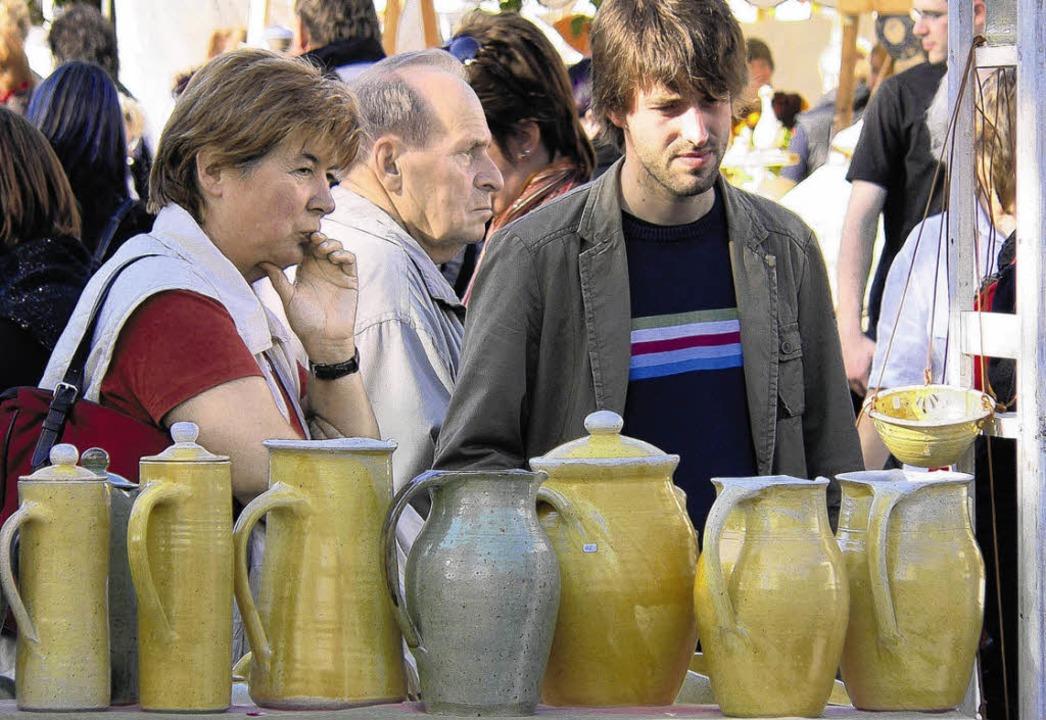 Handgetöpferte Krüge und Kannen: Kunst...rm zog das Publikum in seinen  Bann.    | Foto: Herbst