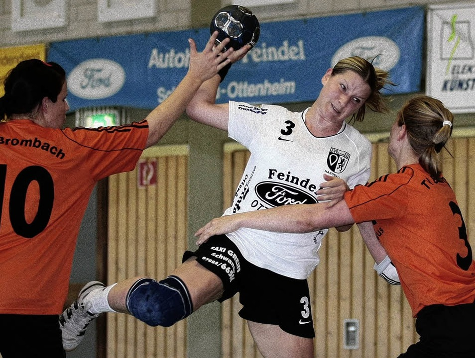 HandballTUS Ottenheim vs. TV BrombachR...e. Stefanie Kuehnle li.  (TV Brombach)  | Foto: Peter Aukthun-Goermer