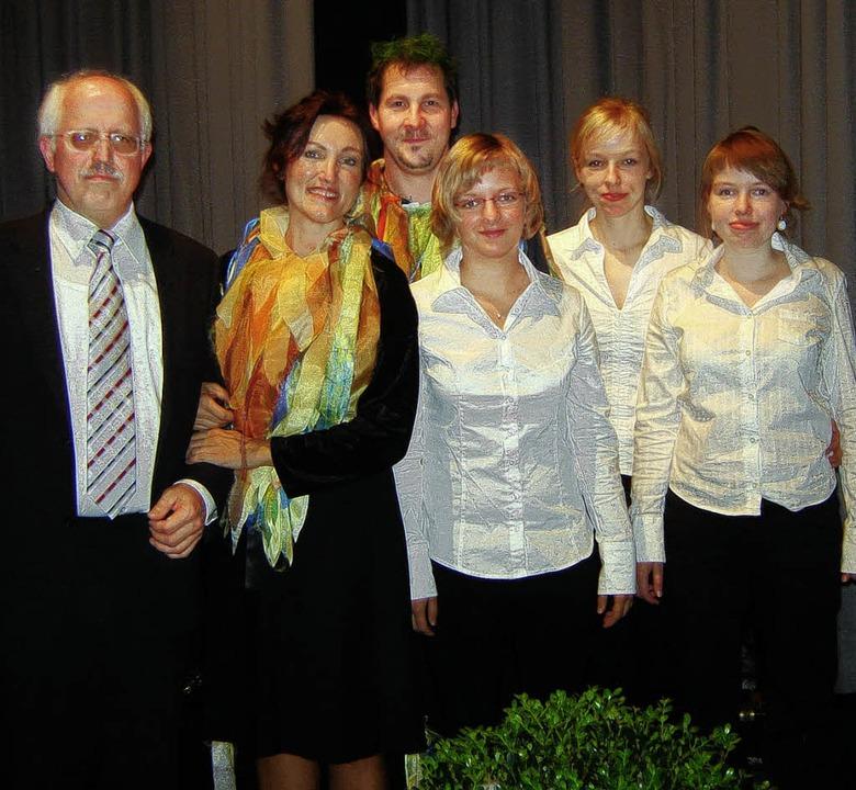 Heike Kumlin  (zweite von links)und ih...Förderverein musikalischer Talente.     | Foto: Bianca Flier