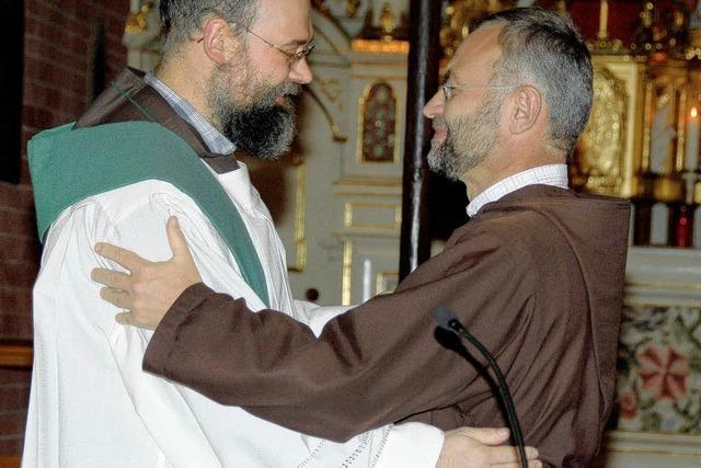 Bruder Markus übergibt das Siegel des Klosters