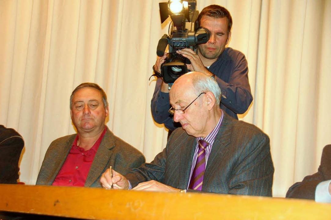 Die Unterzeichnung der Vereinbarung über die Einheitsgemeinde Kleines Wiesental  | Foto: Hermann Jacob
