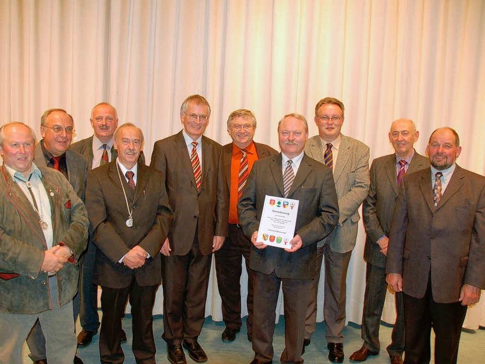 Die Bürgermeister der acht Gemeinden d...er Unterzeichnung des Einheitsvertrags  | Foto: Hermann Jacob