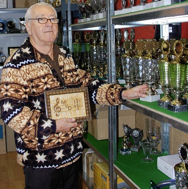 Udo Lang, der Herr der Pokale und Medaillen   | Foto: Frey