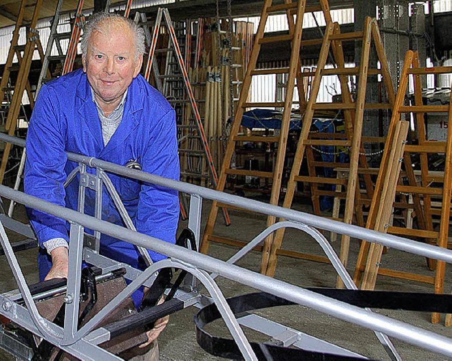 Kurt Glatz mit der letzten in seinem Betrieb gefertigten Anhängeleiter.  | Foto: Wolfgang Beck