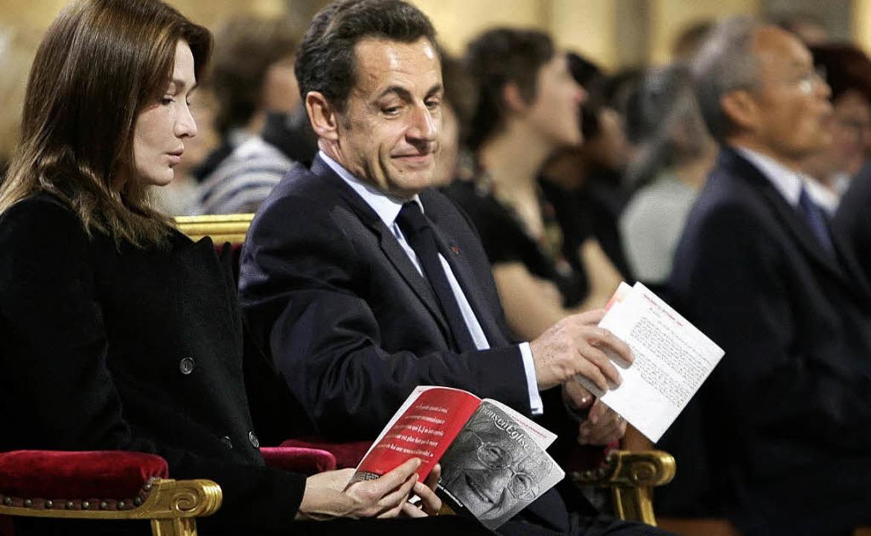 Singen für Emmanuelle: Präsident und Gattin bei Trauerfeier  | Foto: AFP
