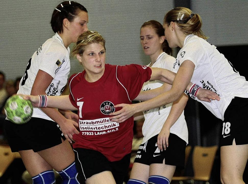 Handball  Frauen 2008/2009TUS Altenhei...e, setzt sich gegen 3 Gegnerinnen durc  | Foto: Peter Aukthun-Goermer