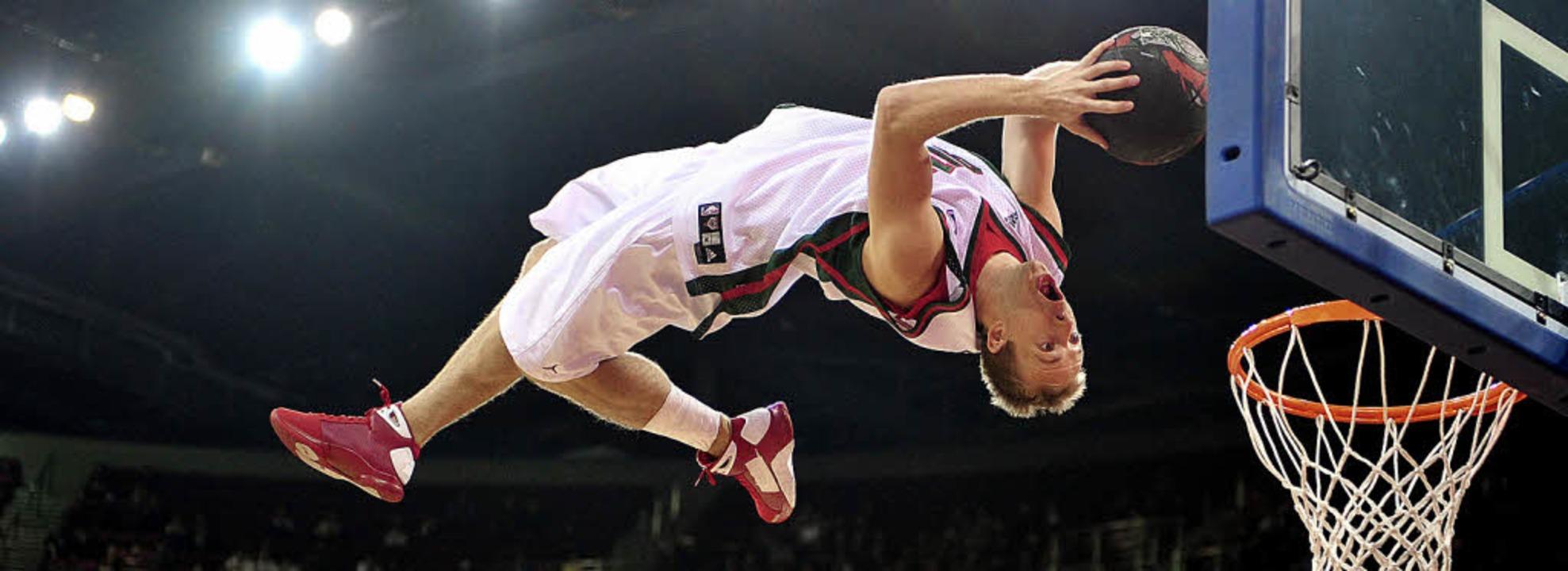 Das wollen die Zuschauer beim Basketba... den USA sehen: artistische Slamdunks   | Foto: afp