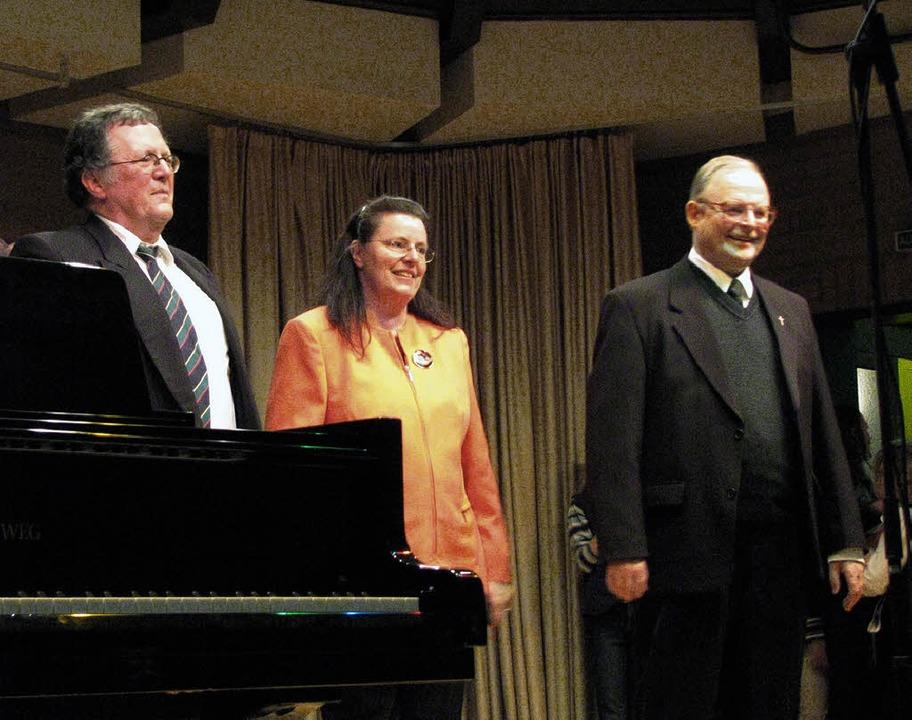 Applaus für die Väter des nun 30-jähri...r Mitte Musiklehrerin Marlis Ortlieb.   | Foto: Rombach