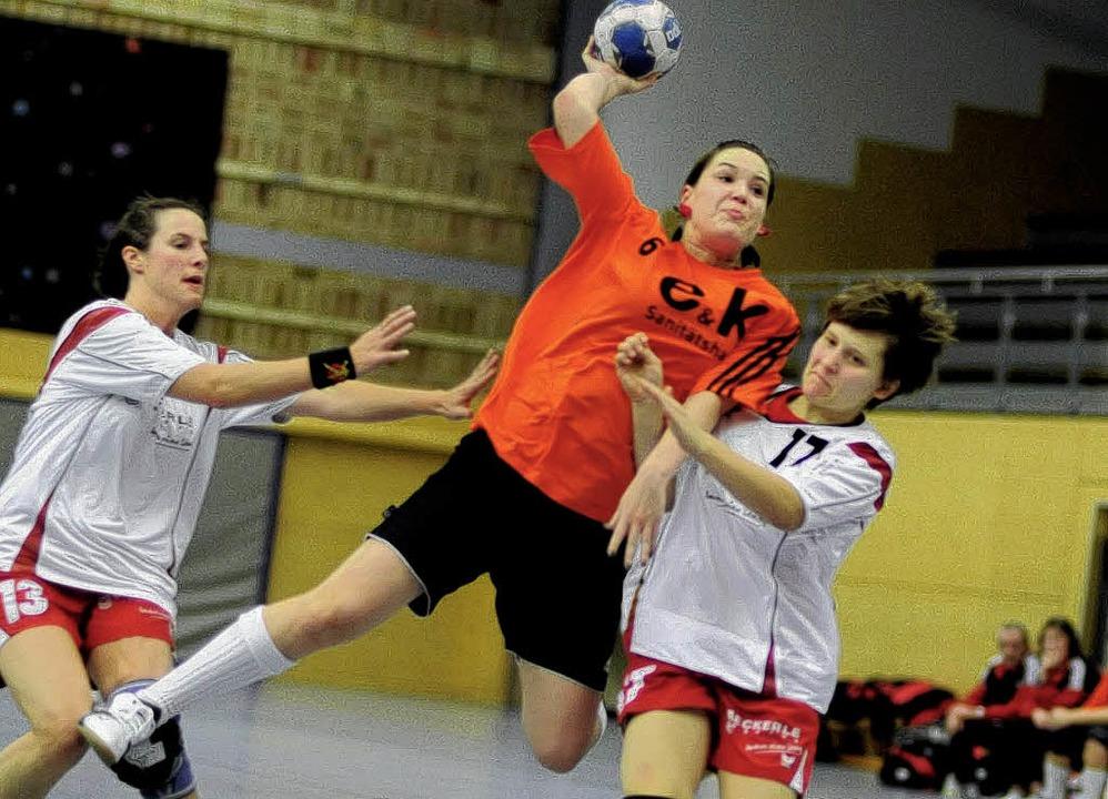Pia Reisenauer setzt hier durch, verlo...ndball-Pokalspiel gegen TC Ottersweier  | Foto: Meinrad Schön