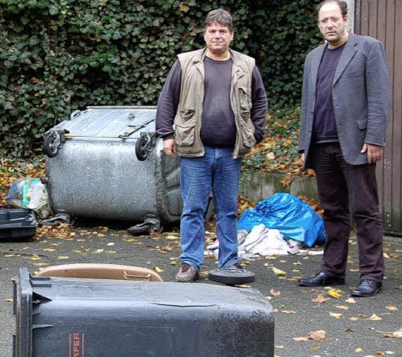 Schulleiter Winfried Wagner und Hausme...ädigungen und Müll hinterlassen haben.  | Foto: Sarah-Lena Stein