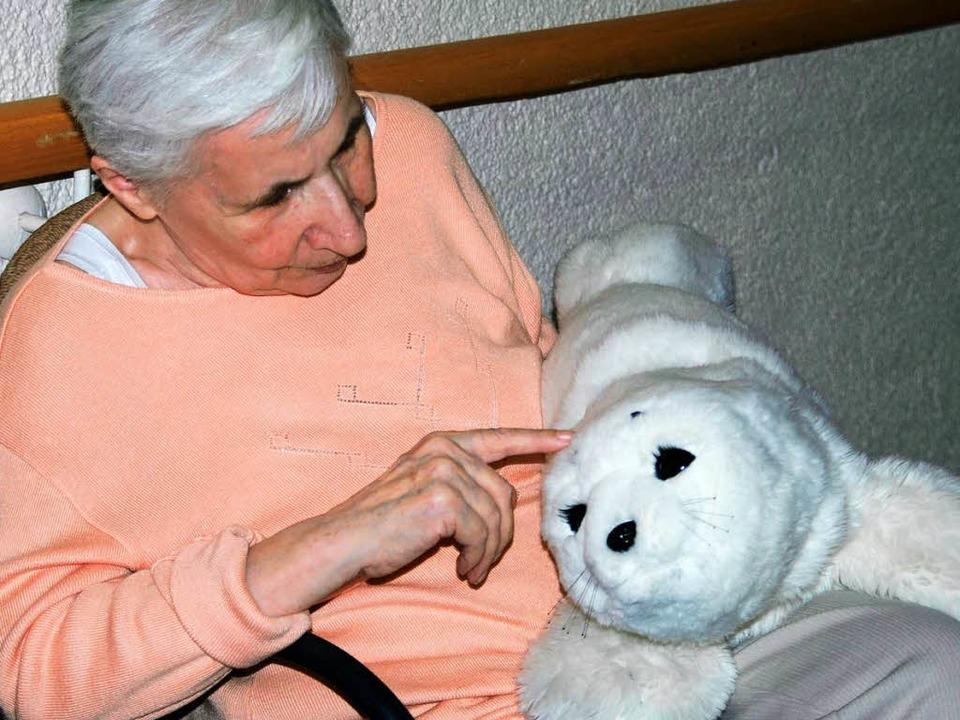 """Mein Allerärgster"" &#8211...nennt Frau Burghard den Kuschelroboter    Foto: Silke Kohlmann"