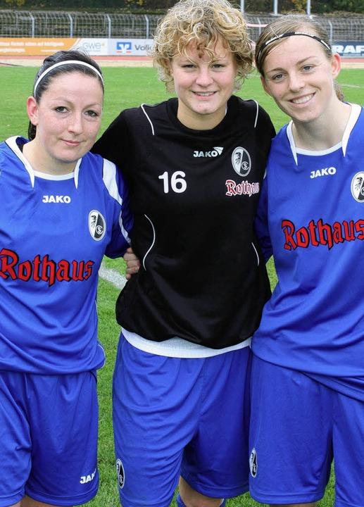Torschützinnen unter sich: Martina Mos...nne Hartel, Juliane Maier (von links)   | Foto: seeger