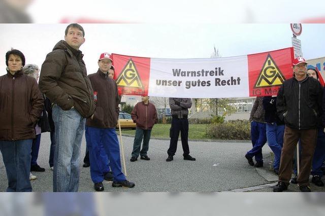 Gewerkschafter zeigen Gelbe Karte