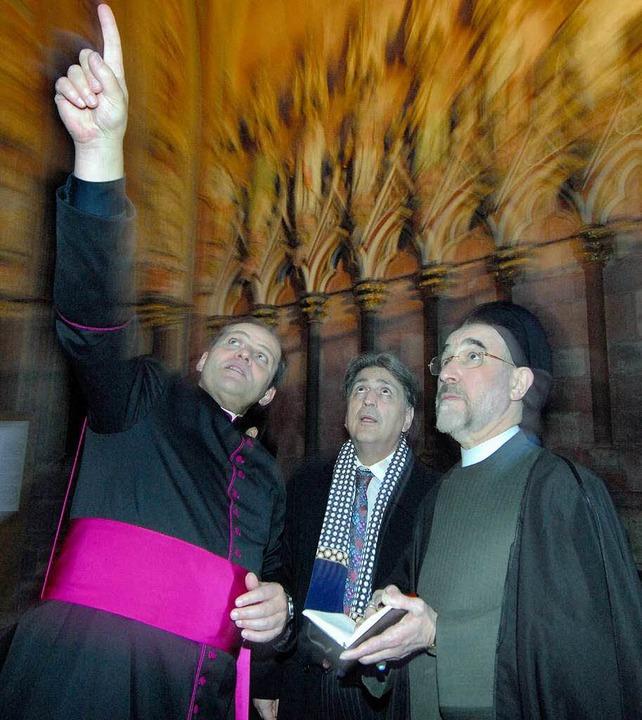 Domkapitular Wolfgang Sauer (links) zeigt Mohammed Khatami das Münster.  | Foto: Michael Bamberger