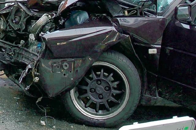 Frontal in den Gegenverkehr: Zwei Verletzte