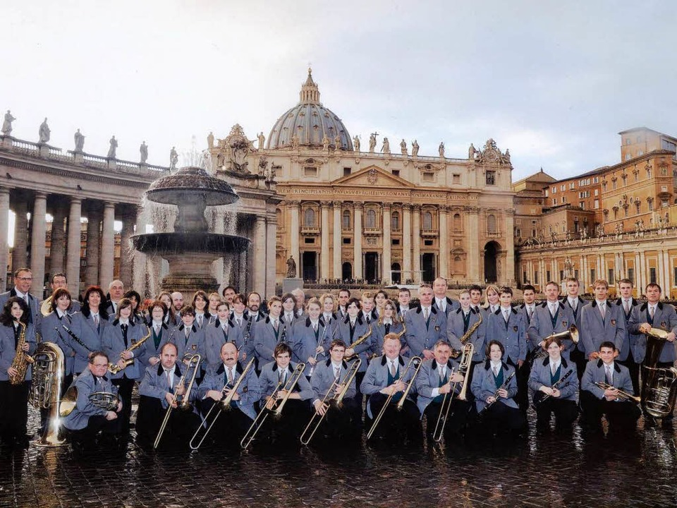 Gruppenbild vor imposanter Kulisse: de...erein Wyhl auf dem Petersplatz in Rom.  | Foto: Silvio Feiner