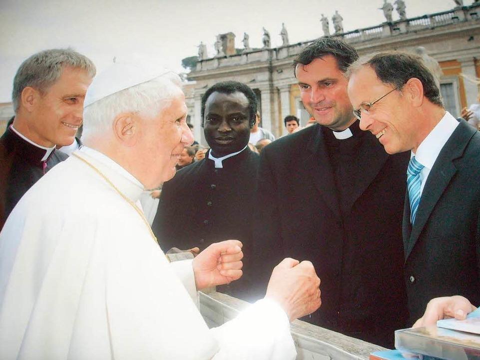 Wyhls Bürgermeister Joachim Ruth  und ...t Benedikt XVI bei der Generalaudienz.  | Foto: Silvio Feiner