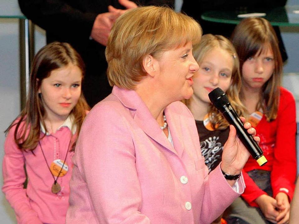 Bildungsgipfel 2008: Bundeskanzlerin A... die Politik die Weichen stellen muss.  | Foto: dpa