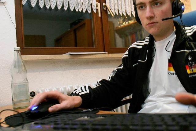 Pascal schießt am Computer alle ab