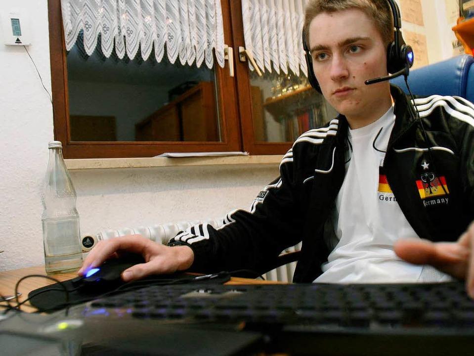 Hochkonzentriert trainiert Pascal an seinem Sportgerät – einem Computer.    Foto: Patrik Müller