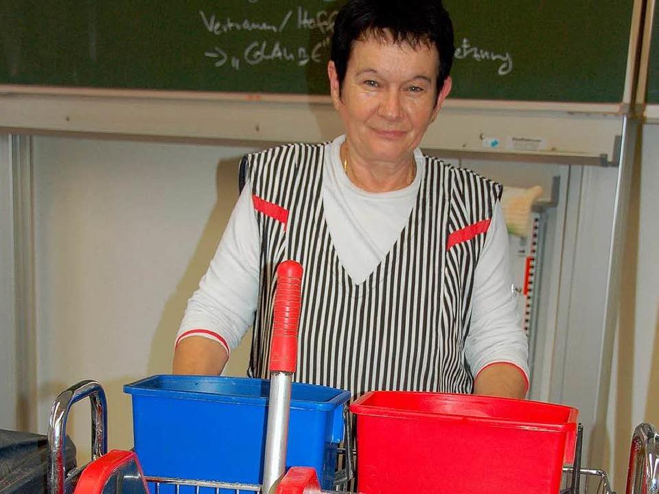 Putzfrau Barbara Sigmund bei der Arbei...Putzwagen ist ihr ständiger Begleiter.  | Foto: Jule Kiss