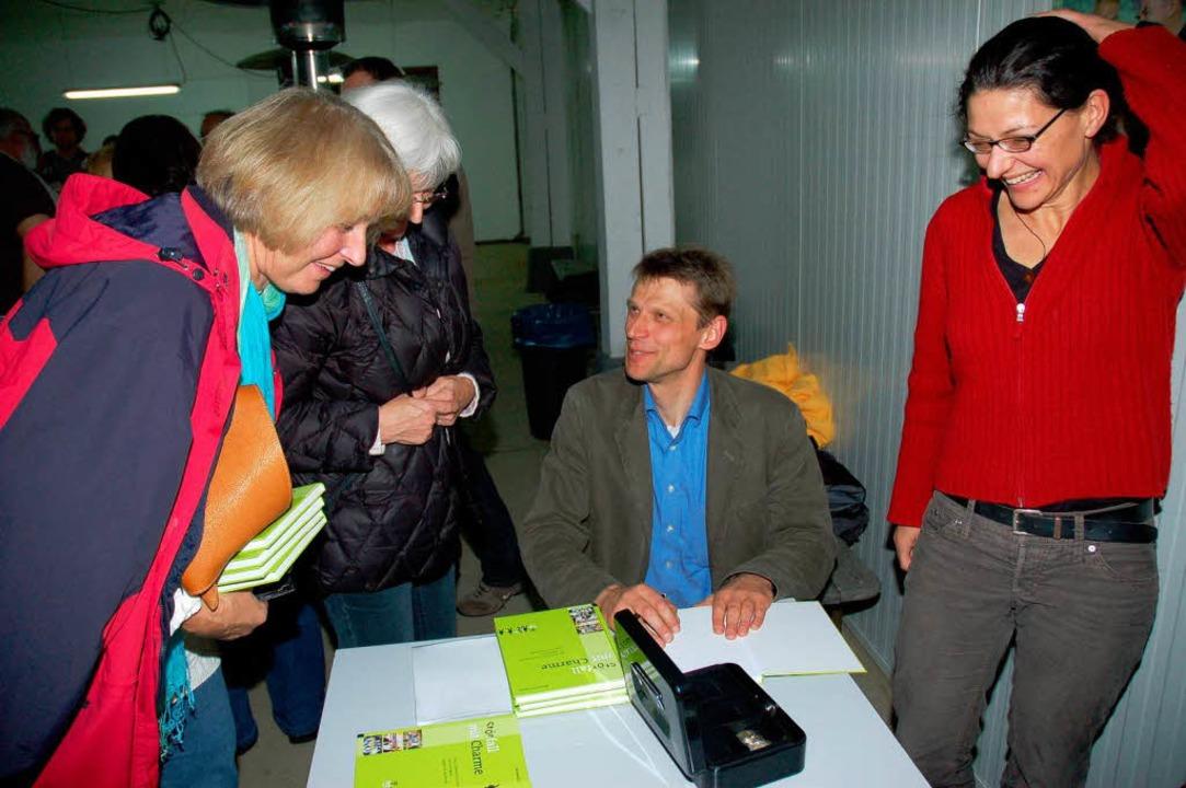 <Bildtext>Der Journalist Bernward Janz...e  in Schönau </Bildtext> vorgestellt.  | Foto: Karin Maier