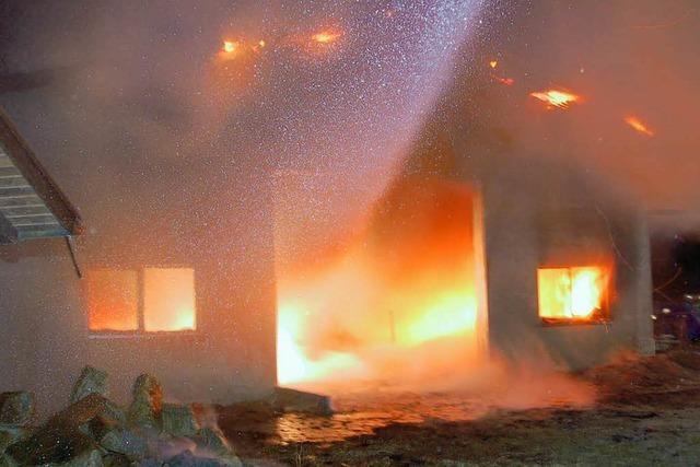 Scheinwerfer setzt Scheune in Brand