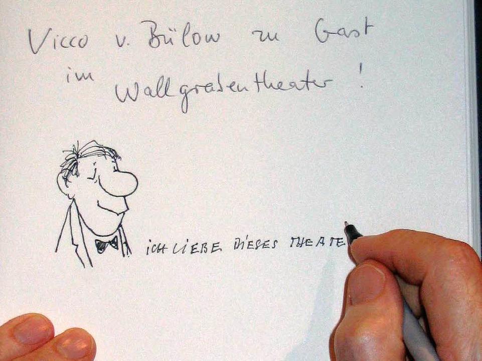 Bei seinem Besuch 2004 in Freiburg hin...n im Gästebuch des Wallgrabentheaters.  | Foto: bargmann