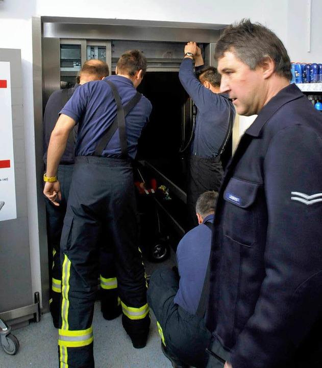 Feuerwehrleute an einem stecken gebliebenen Aufzug.    Foto: Ingo Schneider