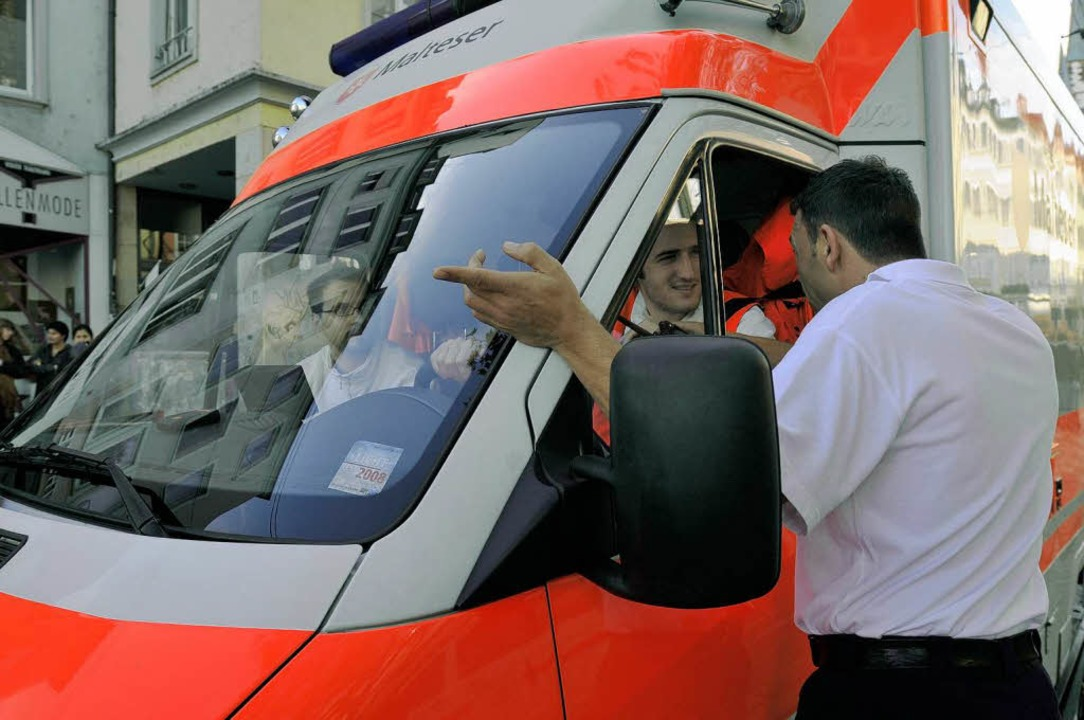 Ein Krankenwagen in der Innenstadt. Di...haft; Menschen kamen nicht zu Schaden.    Foto: Ingo Schneider