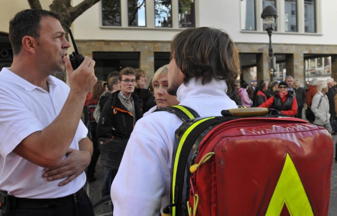 Rettungskräfte bei der Lagebesprechung in der Kaiser-Joseph-Straße.    Foto: Ingo Schneider