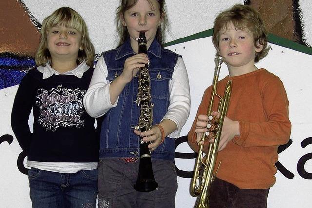 Drei Kinder wollen ein Instrument erlernen