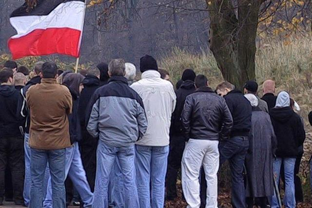 Polzei erteilt Neonazis Platzverweise