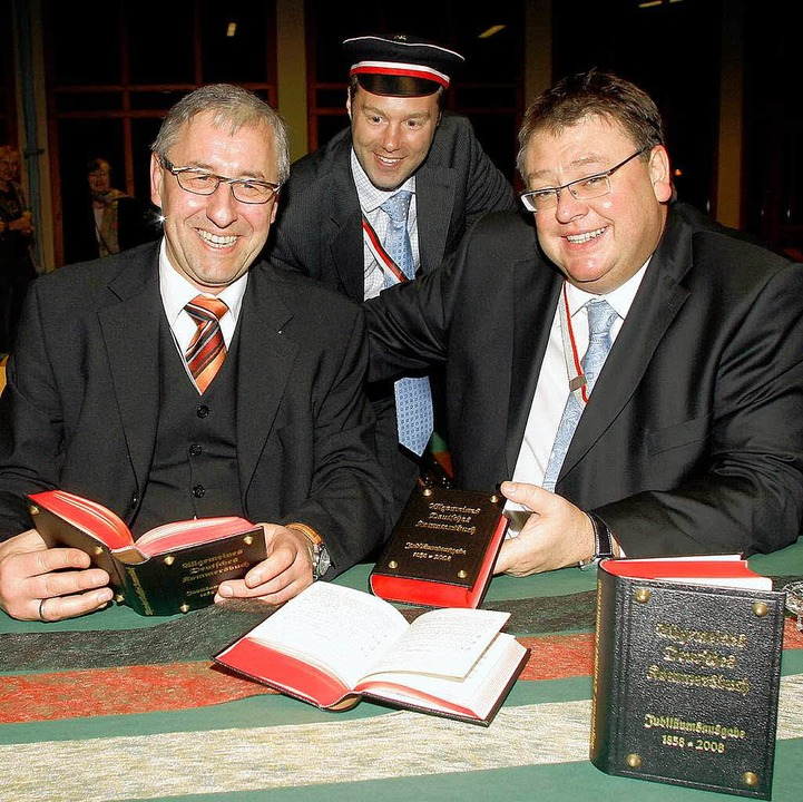 Andreas Estenfeld, Sascha Schumacher u...n links) stellten das Kommersbuch vor.  | Foto: Heidi Foessel
