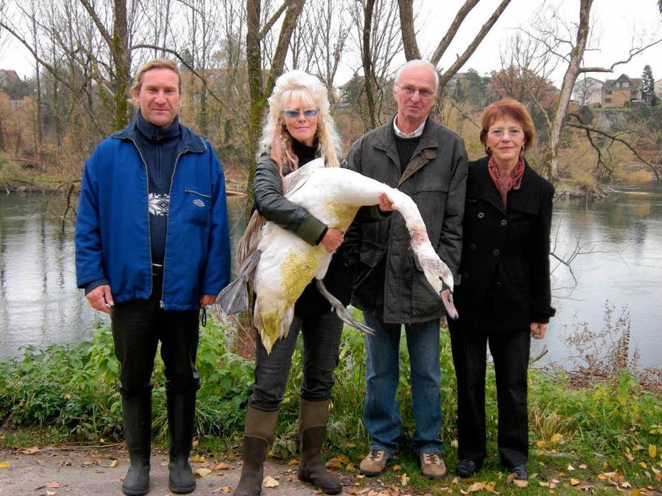 Bernd Thoma, Carmen Weitzel, Ernst und...eben Monate alten Jungschwan gerettet.  | Foto: Heike Armbruster