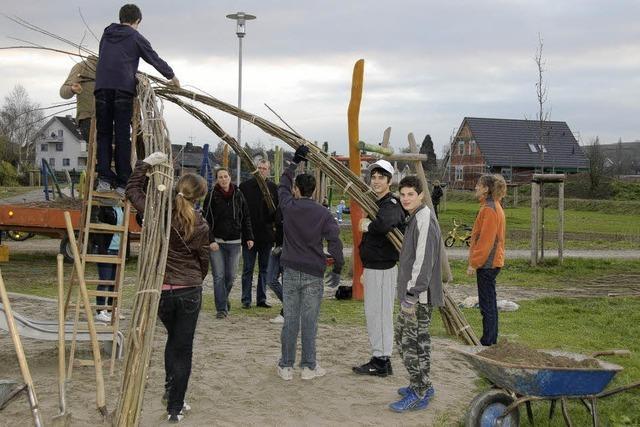 Bahlinger Schüler bauen Weiden-Iglu auf Spielplatz