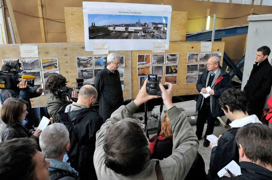 Erster Bürgermeister Otto Neideck erläutert vor Journalisten die neue Sachlage.    Foto: Ingo Schneider
