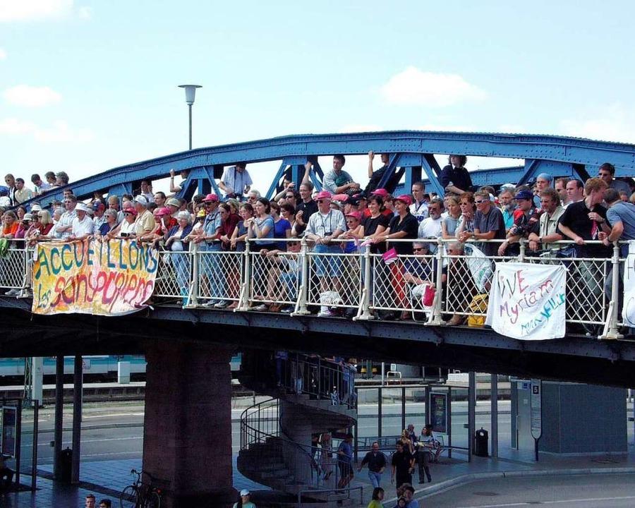 Es ist zum Glück gut gegangen: Tour-de-France-Fans auf der Brücke im Juli 2000.    Foto: Ingo Schneider