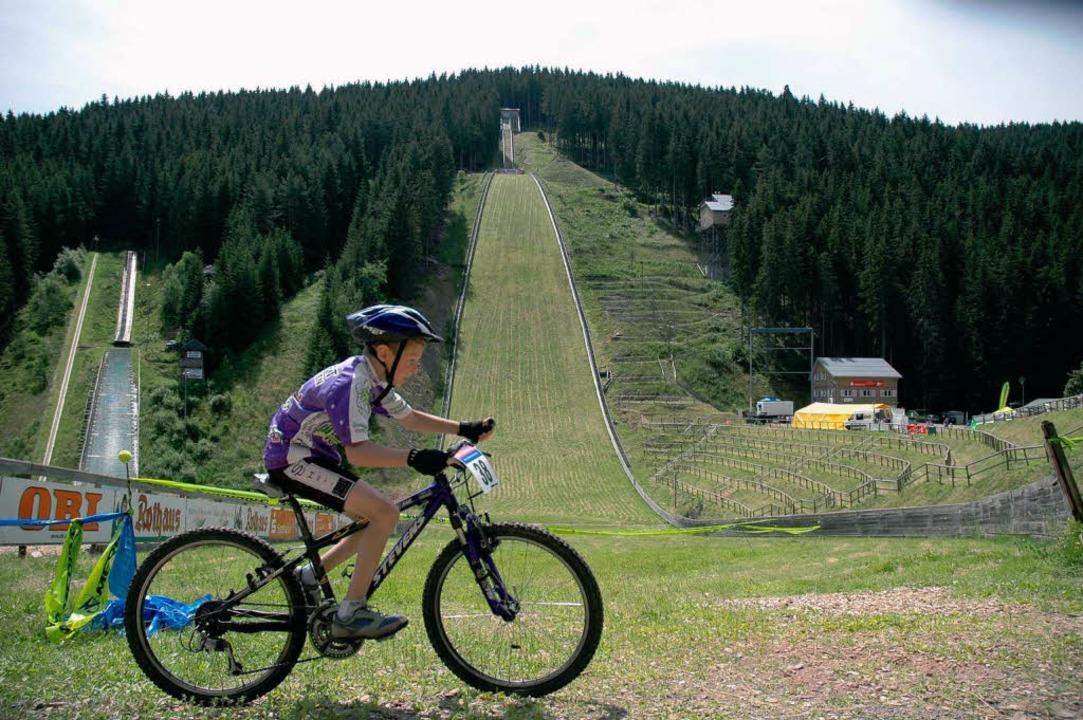 Ist das die Zukunft? Mountainbiker an der Hochfirstschanze.  | Foto: Ruoff