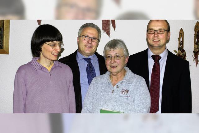 Gerda Zapke ist aktiv im Einsatz gegen Springkraut
