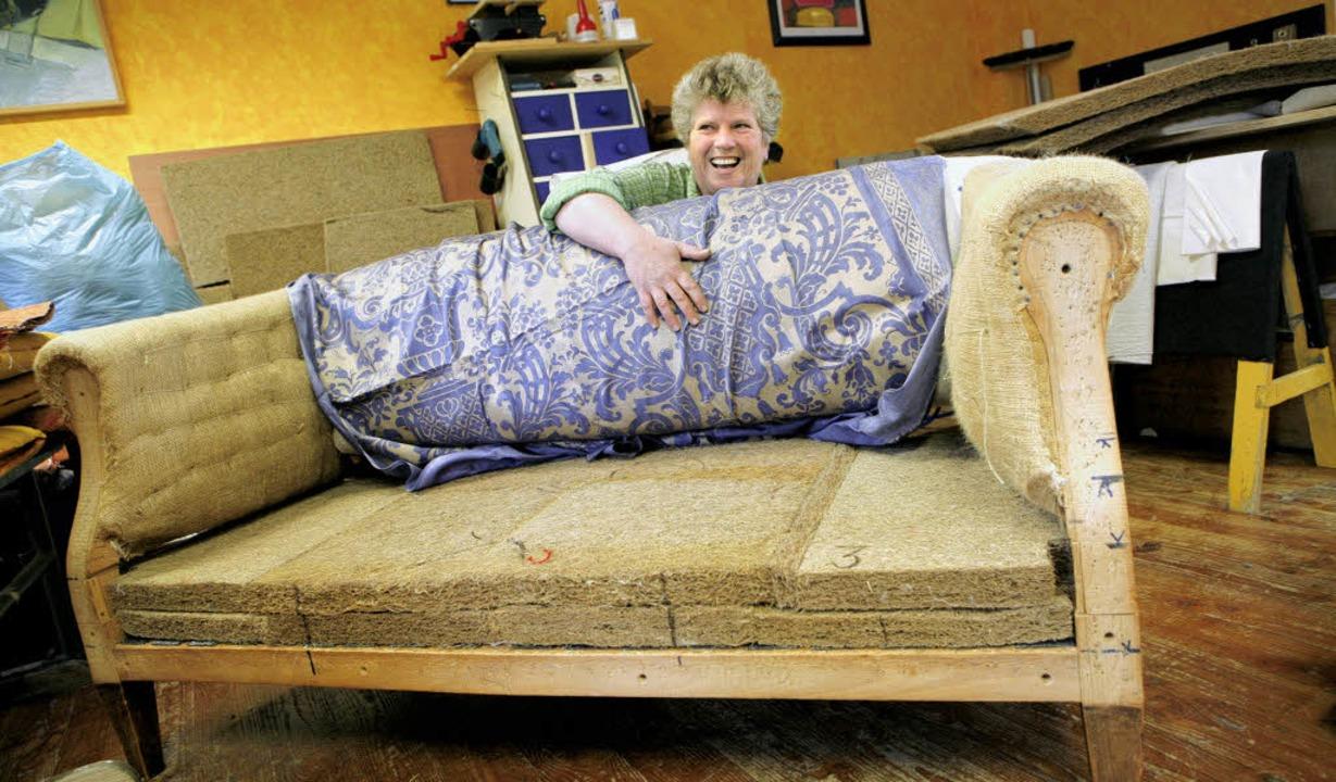 Christine Schimpf mit dem Sofa, das si...ihre Sache  als die Serienfertigung.    | Foto: Christoph Breithaupt