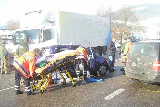 Kirnbach: Laster kontra Kleinwagen – mehrere Verletzte