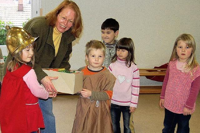 Kinder teilen Schokolade