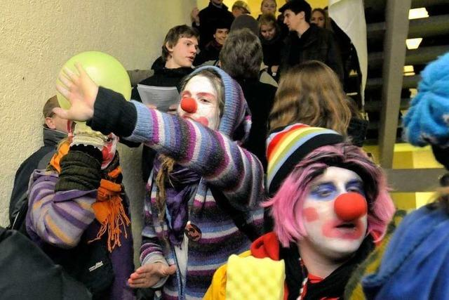 Clowns sprengen Nato-Vortrag