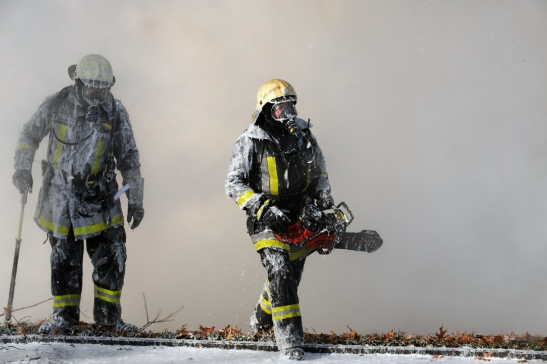 Die Feuerwehr musste beinahe den ganze...iburger Industriegebiet Nord kämpfen.   | Foto: Patrick Seeger