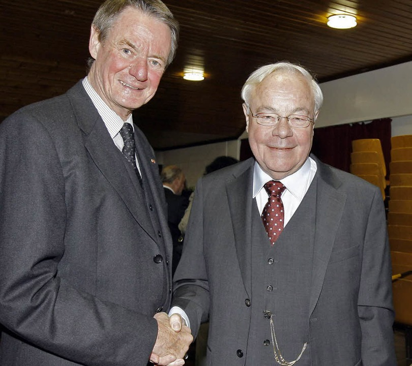 Weggefährten: Landrat a. D.  Fehringer...en Ehrenbürger zum Abschied die Hand.   | Foto: CH. Heck