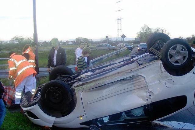 Auto überschlägt sich mehrfach nach Unfall