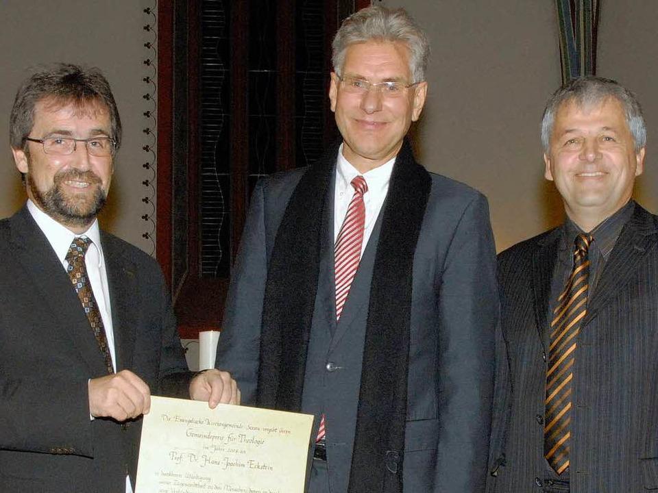 Hans-Joachim Eckstein (Mitte) erhielt ...lmann (links) und Pfarrer Botho Jenne.  | Foto: Markus Zimmermann-Dürkop
